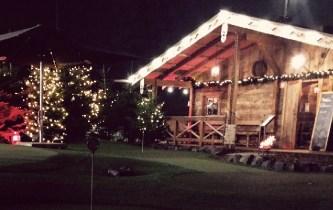 Weihnachtlich geschmückte Außenanlage.